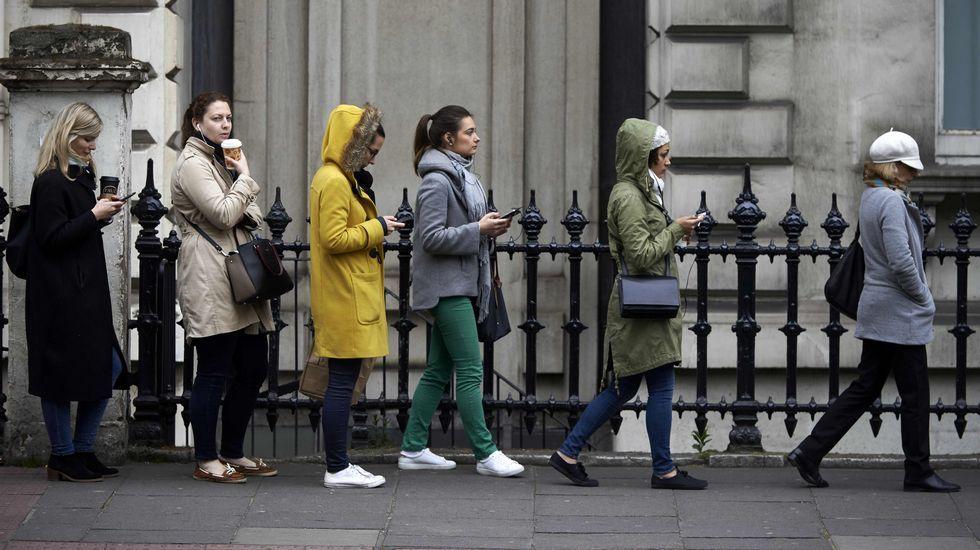 Colas en la embajada francesa en Londres