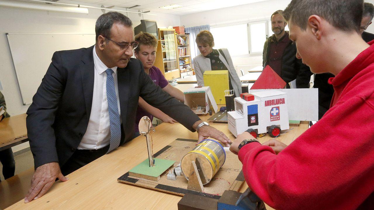 Cubo marrón dedicado a los residuos orgánicos.El consejero de Medioambiente, Fernando Lastra, visita el IES Valle de Aller