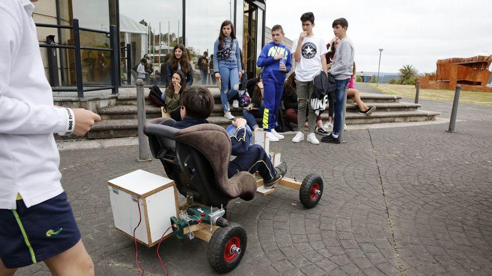 Mozos participantes na última edición da feira Galiciencia coa súa invención