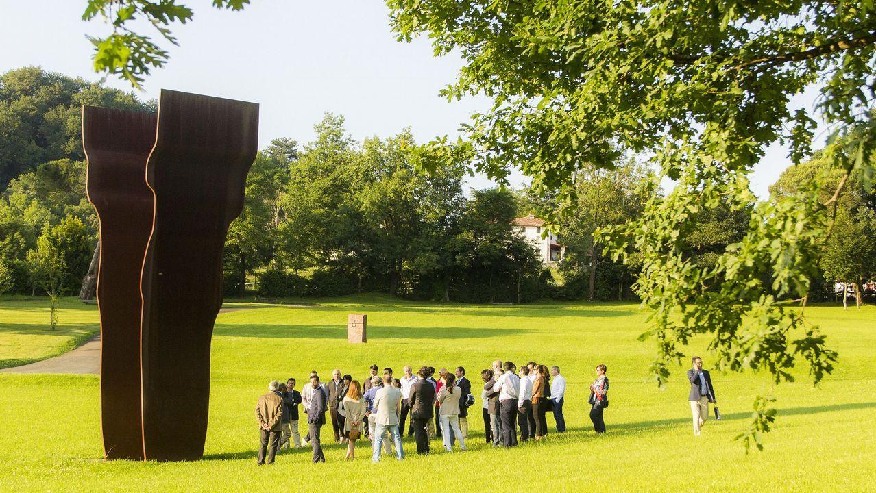 Un grupo de visitantes en Chillida Leku, junto la escultura «Buscando la luz I», de 1997 | Mikel Chillida | Zabalaga Leku, San Sebastián, VEGA. Sucesión Chillida y Hauser & Wirth