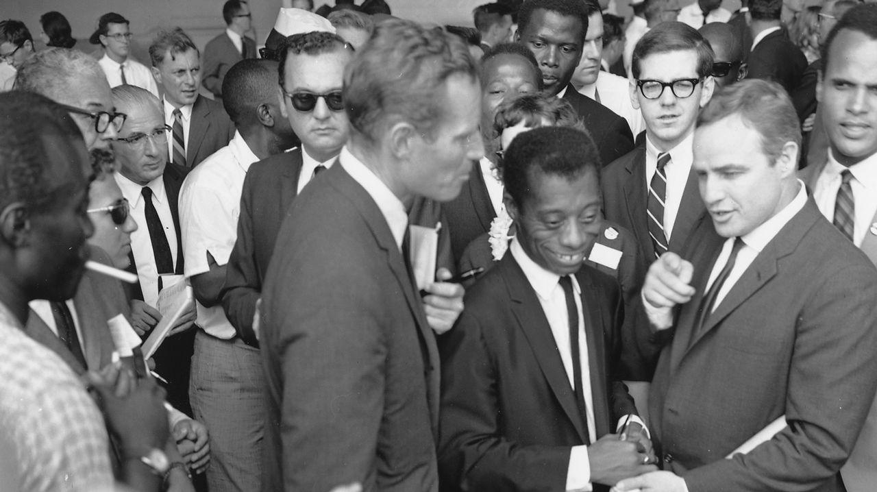 James Baldwin entre Charlton Heston y Marlon Brando y con Sidney Poitier y Harry Belafonte, en la marcha de Washington por los derechos civiles de 1963