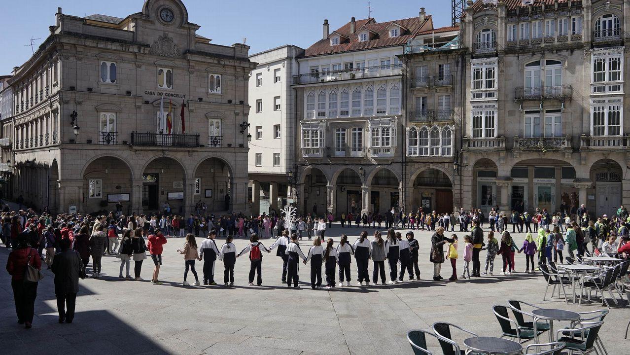 vargas.Dá da Poesía en Ourense con casi 400 alumnos en la Praza Maior y las escalinatas de Santa María Nai