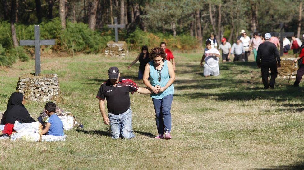 Numerosos romeros recorrieron de rodillas el último tramo del camino al santuario de O Faro
