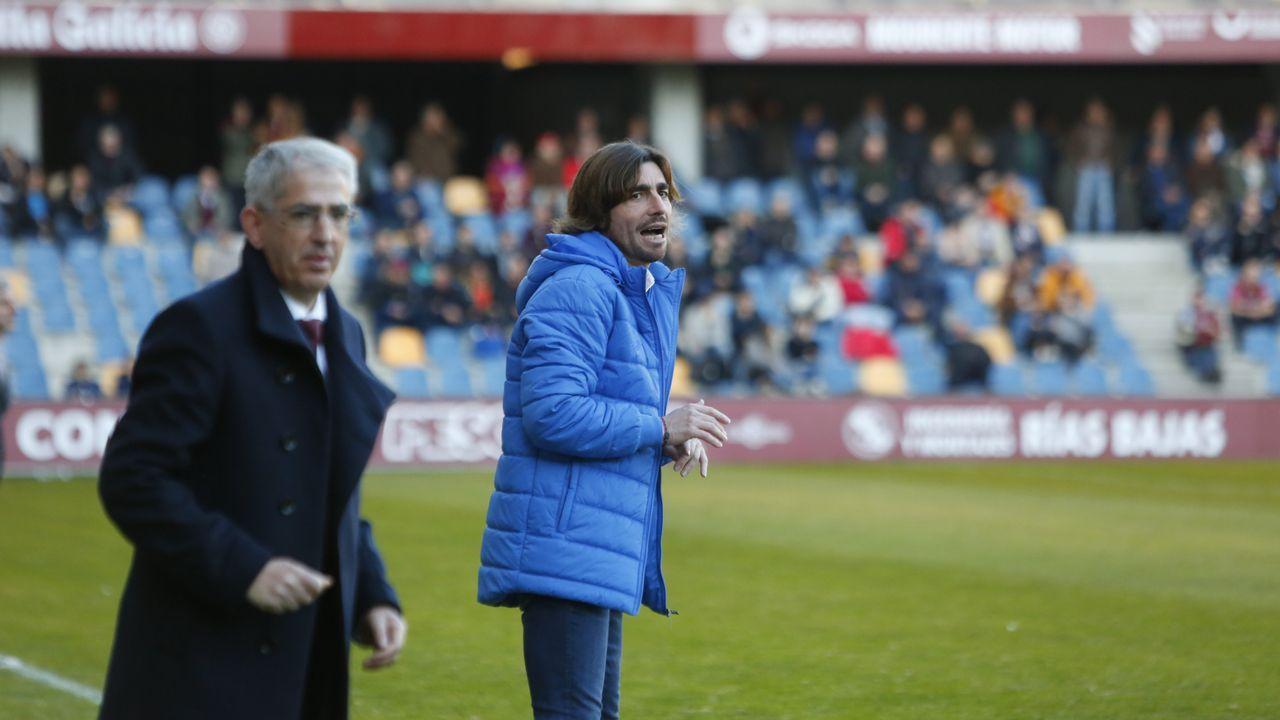 Los jugadores del Oviedo saludan a la afición tras un partido