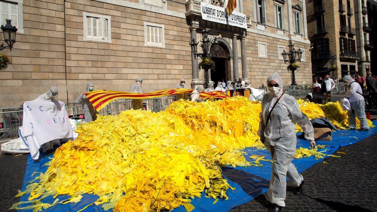 La manifestación por la oficilidad en imágenes.Los encerrados por el Plan de Vías hacen el signo de la victoria con Adrián Arias en primer plano