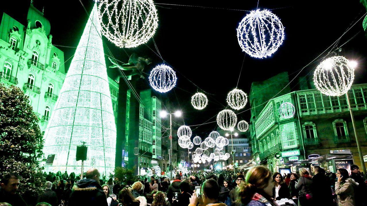 Estas serán recordadas como las Navidades de las luces de Vigo. Fue el 14 de septiembre, en plena ola de color, cuando el alcalde Abel Caballero, en una promoción viral, anunció que hasta nueve millones de luces iluminarían la ciudad. «Se verán desde el espacio», presumió. Estos días se pueden contemplar.