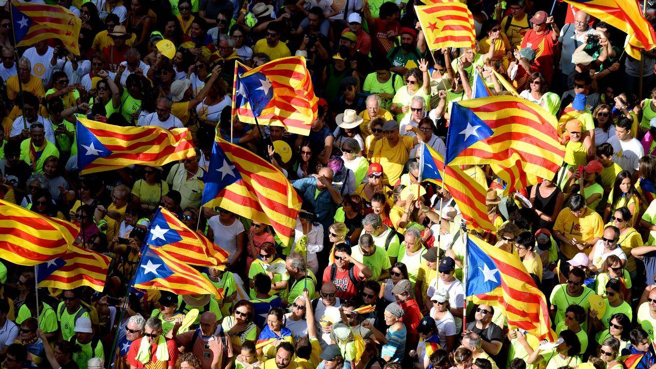 Tensión por la doble manifestación de independentistas y policías en Barcelona.Torra acudió con el lazo amarillo en la solapa a la apertura del curso en un colegio barcelonés