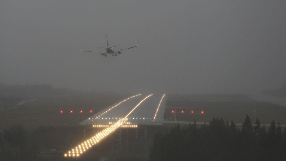 Cuanto más oscuras son las nubes más agua contienen. Un avión aterrizando en Lavacolla (Santiago) en medio de la lluvia