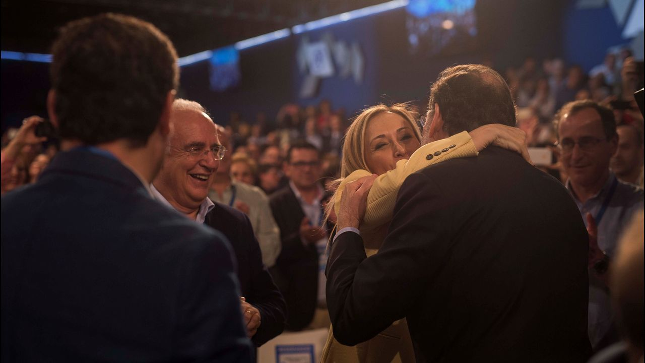 Cifuentes y Rajoy: El abrazo más incómodo.Rajoy plantó, en el jardín del hotel que acoge la convención, una encina. Un árbol «muy duro, bonito y español»