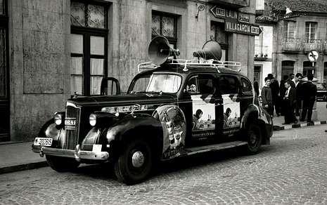 Froome y el palo.La Vuelta pasó por A Estrada por primera vez en los 60, con caravana publicitaria bien distinta a la actual.