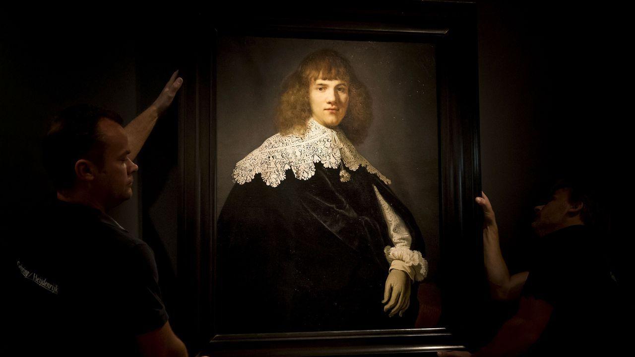 El historiador Jan Six posa junto la pintura que atribuye a Rembrandt