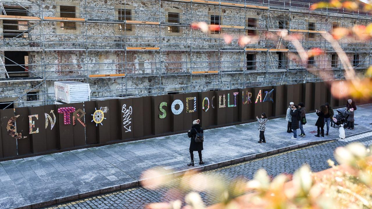 El resultado final, en la valla que protege el solar de Tabacalera, en la calle Emilio Muñiz el Negro.