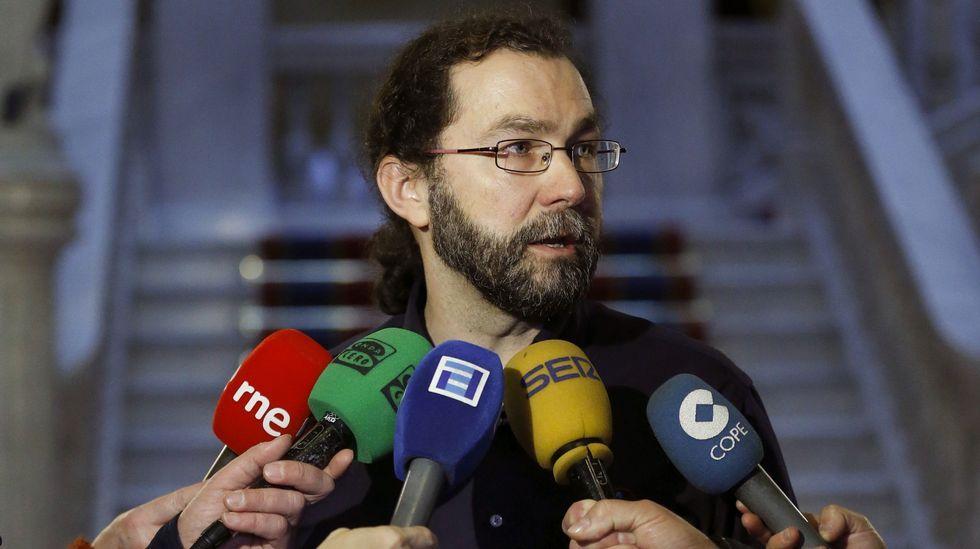 Gaspar Llamazares, en la sala de prensa de la Junta General.El portavoz de Podemos en la Junta General, Emilio Léon