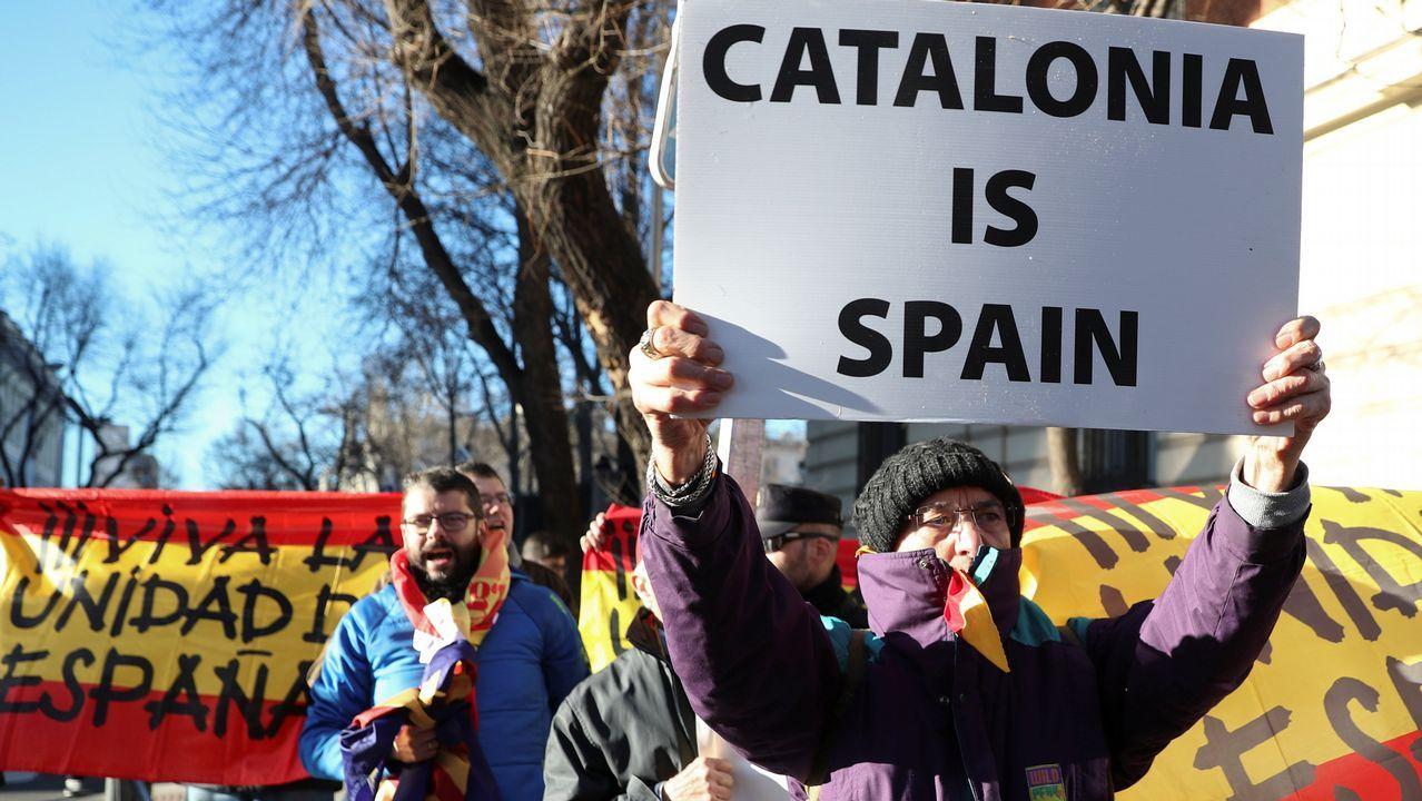 Una manifestante sostiene un cartel en inglés con la expresión «Cataluña es España», cerca del Tribunal Supremo en Madrid