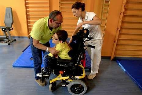 Manuel Cerqueira con su hijo en el centro de rehabilitación.