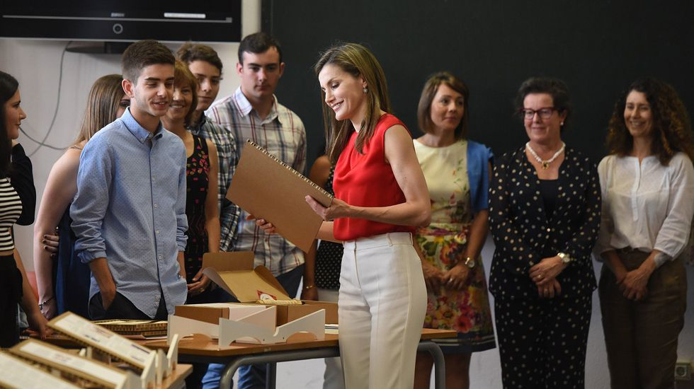 La reina Letizia comprueba los trabajos de los alumnoso del instituto Jerónimo González, de Sama de Langreo.La reina Letizia comprueba los trabajos de los alumnoso del instituto Jerónimo González, de Sama de Langreo