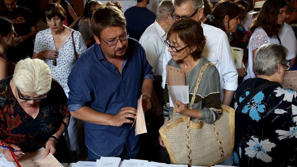 .El candidato por Barcelona de En Comú Podem, Xavier Domènech, busca su papeleta en la Escuela Industrial de Barcelona.