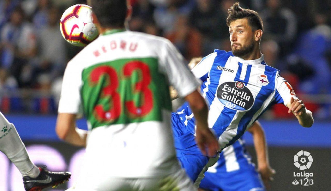 Gol Borja Valle Deportivo Elche.Borja Valle remata un balón ante el Elche