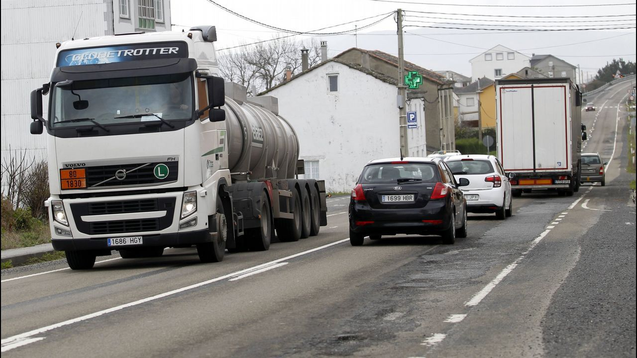 La furgoneta camuflada, ayer en Ordes. Además del camión, Trafico también prueba en Galicia la vigilancia desde una furgoneta blanca con las lunas tintadas, que ayer estaba en la carretera N-550