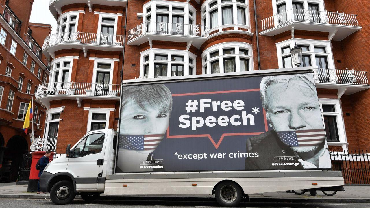 Un camión publicitario protesta contra la detención de Julian Assange y su inminente extradición