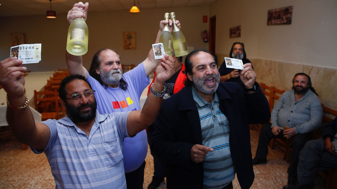Gitanos de O Vao, Pontevedra, celebrando el segundo premio de la Lotería Nacional.