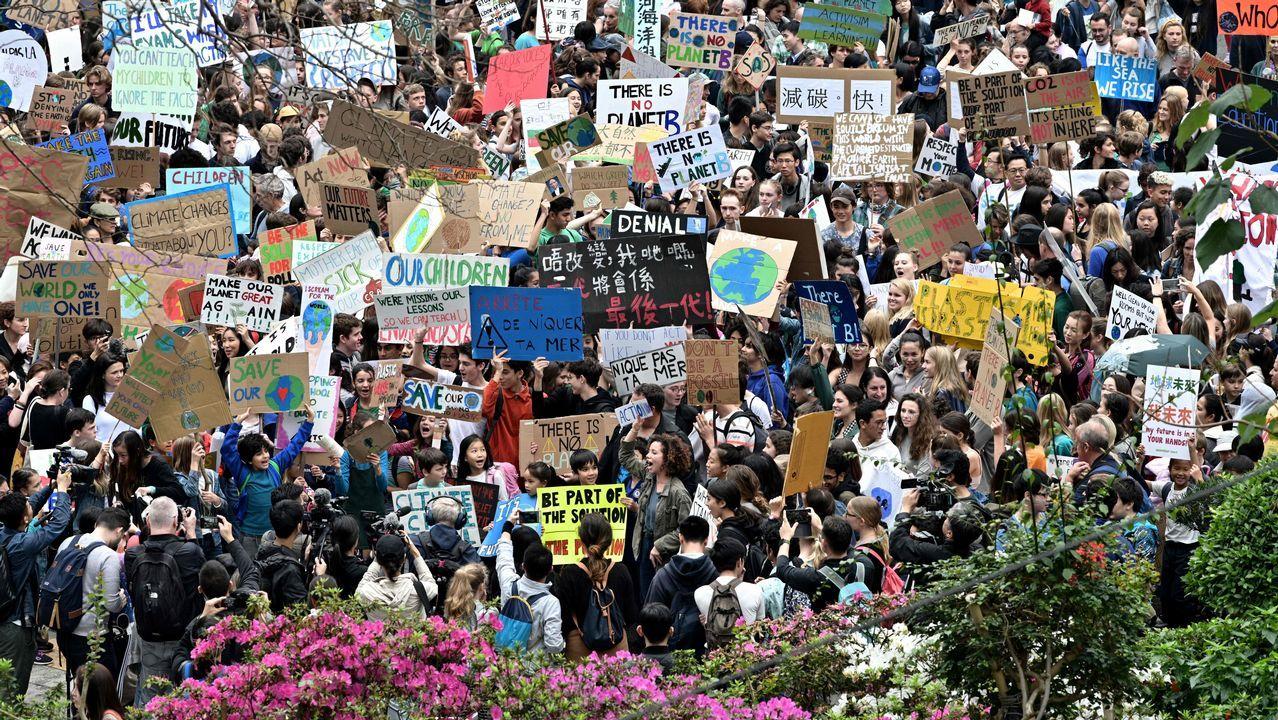 Jóvenes de todo el mundo, contra el cambio climático.Díaz de Mera Escuderos, a la izquierda de Diegui, antes del Oviedo-Tenerfie