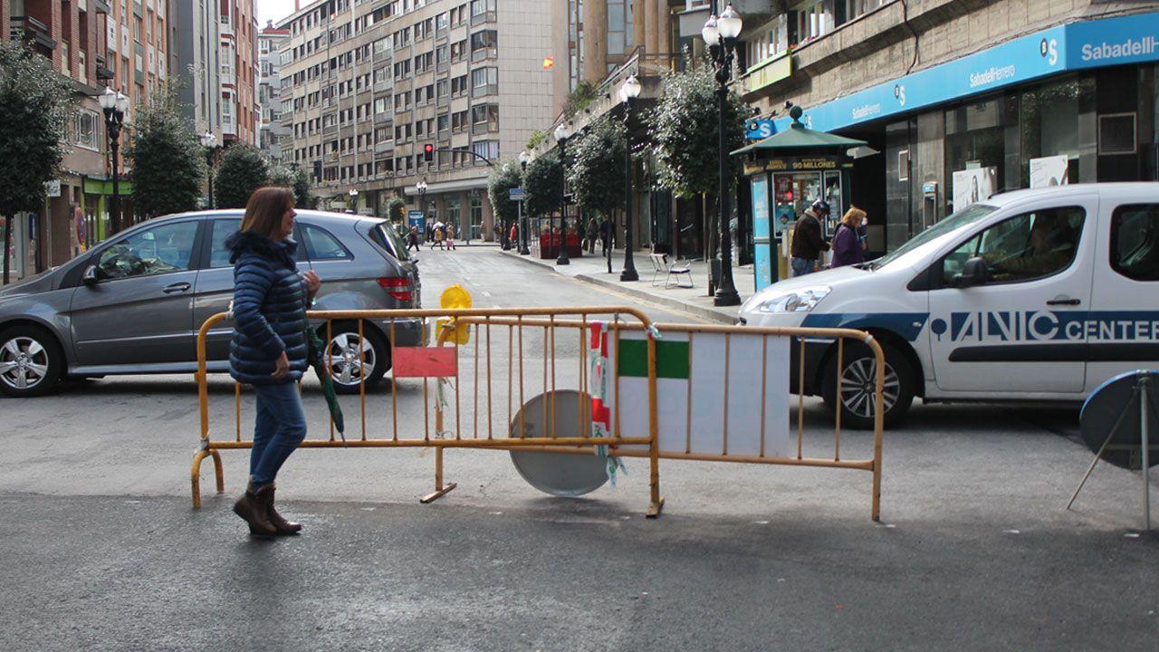 Cientos de moteros se citaron en Noia para dar ánimos al pequeño Marcos en su carrera por la vida.Tráfico y peatones en el centro de Gijón