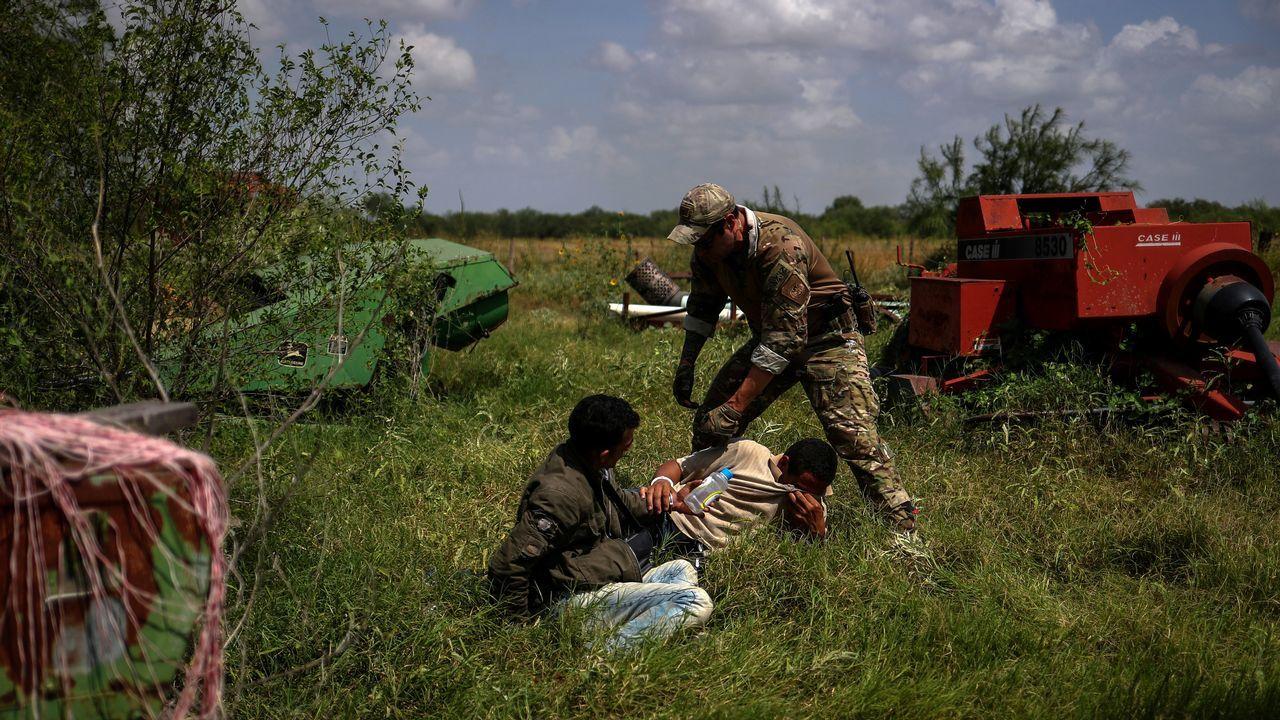 .Un agente de la patrulla fronteriza detiene a varios brasileños después de cruzar ilegalmente a la frontera con los Estados Unidos desde México en Los Ebanos, Texas