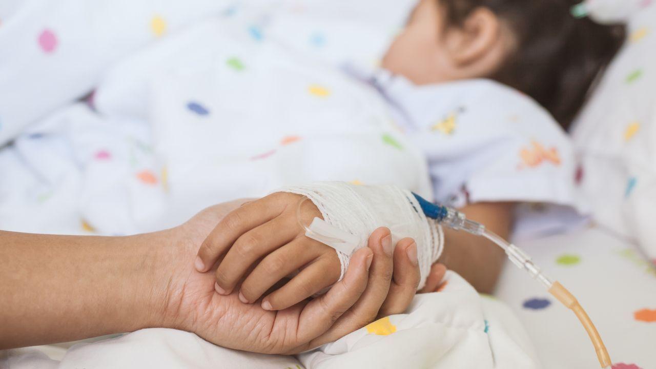 Un grupo de pacientes consulta la ubicación de los servicios en las consultas externas del HUCA.Paciente infantil