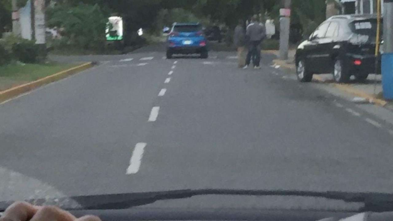 Una de las víctimas hizo una foto desde su coche del todoterreno azul desde el que les dispararon