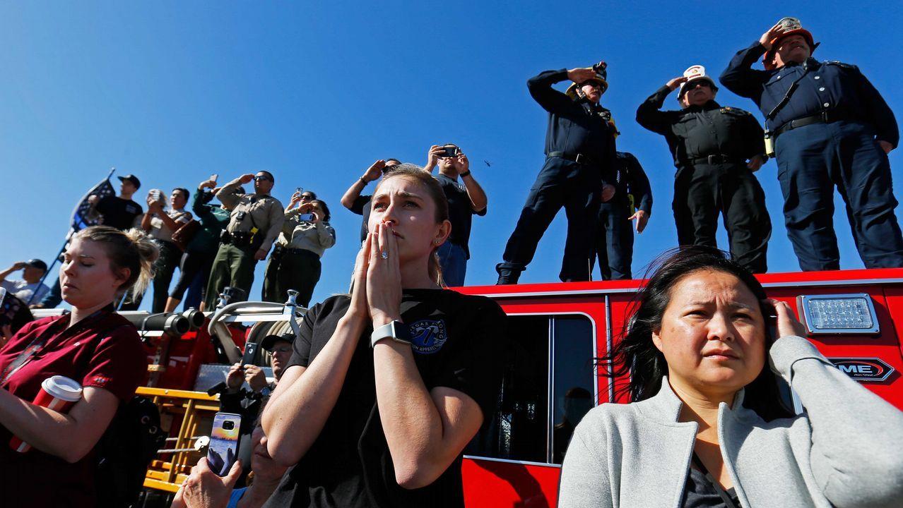 Cientos de personas acudieron a saludar el paso del cortejo fúnebre del ayudante del sheriff que fue tiroteado