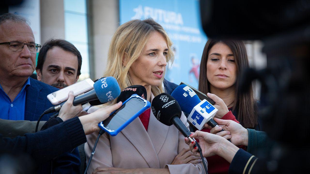 Decenas de estudiantes de la UAB tratan de impedir por la fuerza un acto de Álvarez de Toledo.Cayetana Álvarez de Toledo, en el Círculo Ecuestre de Barcelona, ante cerca de doscientos miembros de la sociedad civil y económica catalana
