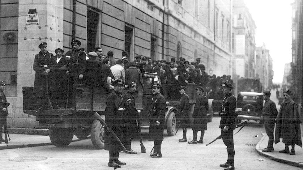 Emilio Martínez Pañeda.Soldados se llevan detenidos a revolucionarios de Asturias en 1934