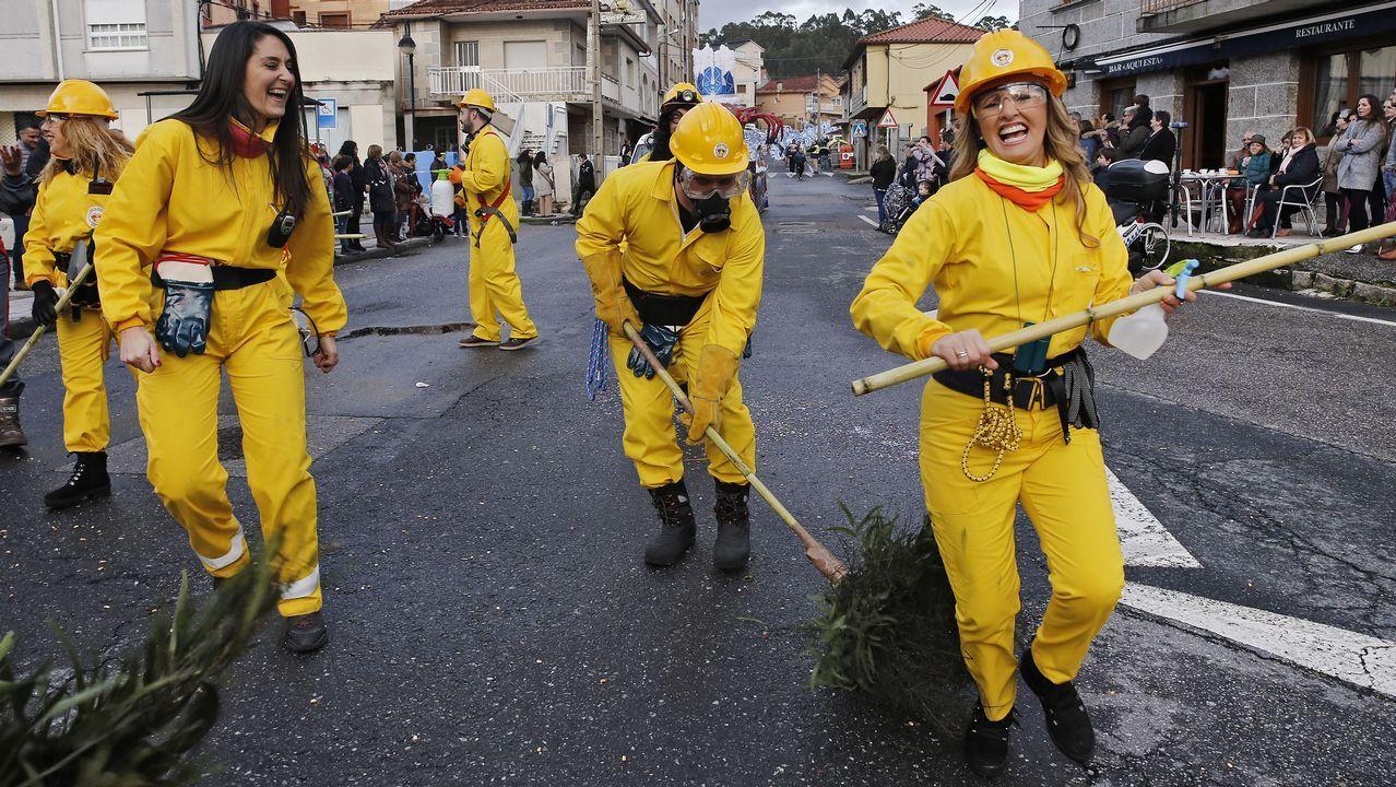 Sátira política, baile y samba en el desfile de Carnaval de Poio.