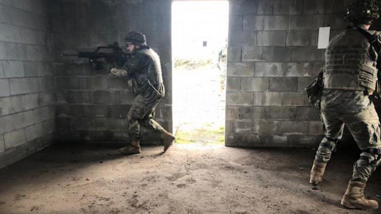 Así se adiestran las unidades de la Brilat.Soldados españoles de la Brilat, con unos niños en Mali