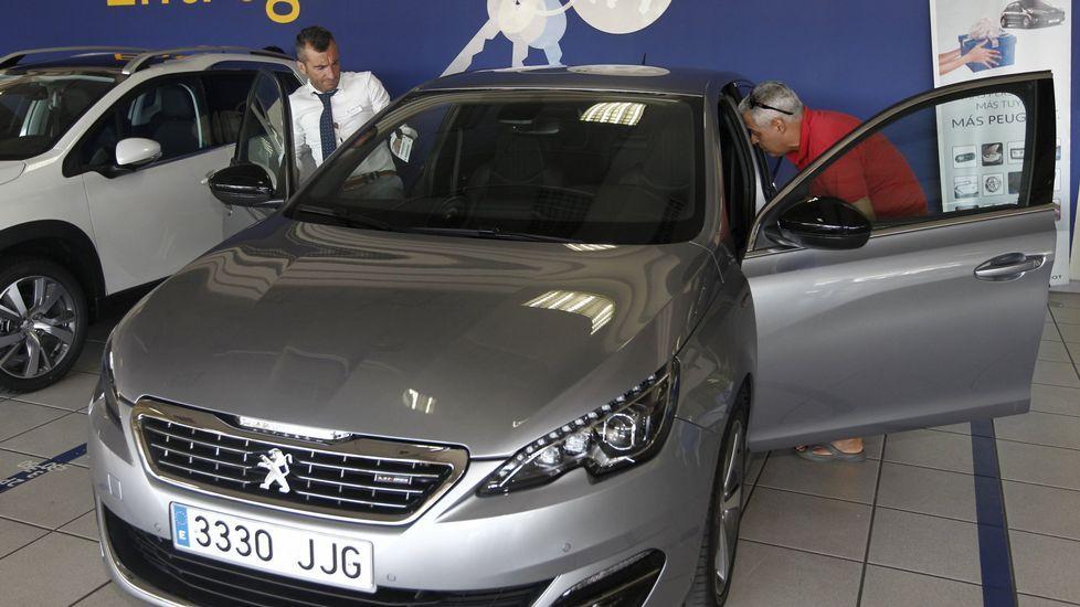 Entrega de un vehículo recién comprado en un concesionario Peugeot de Vigo.