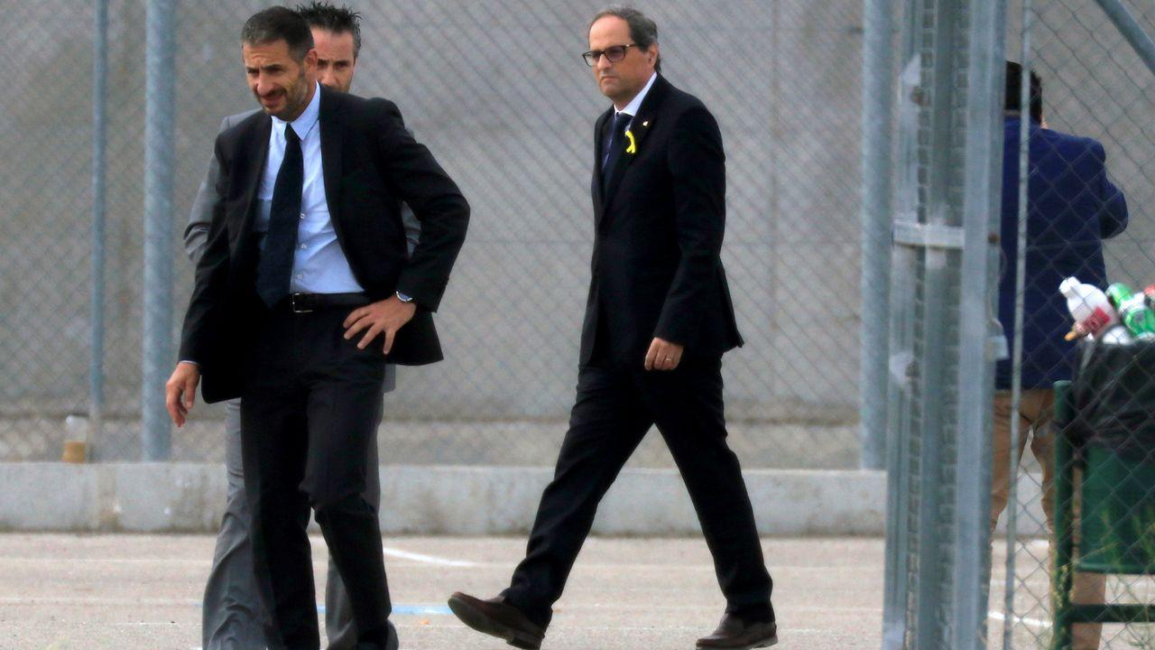 Torra: «Cataluña está esperando a sus políticos honorables».Desde la derecha, Carme Prado, Vicente Gutiérrez Solís, Gerardo Iglesias, Fausto Sánchez García y el abogado Alberto Suárez