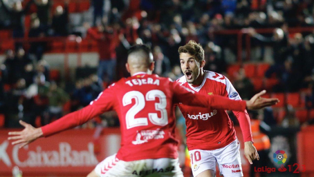Juan Muñiz y Sergio Tejera celebran un gol con el Nàstic