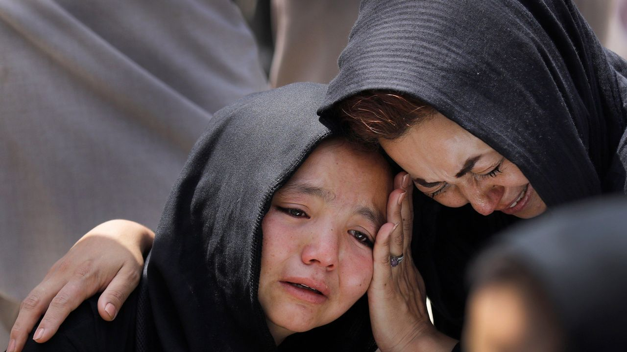 Una niña llora durante el funeral de un familiar en Kabul, Afganistán, tras el ataque perpetrado en un centro educativo. El Gobierno afgano rebajó hoy de 48 a 34 el número de muertos en el atentado suicida
