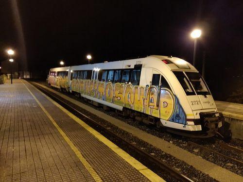 Imagen de un tren dañado por grafiteros esta misma semana en la estación de Ortigueira