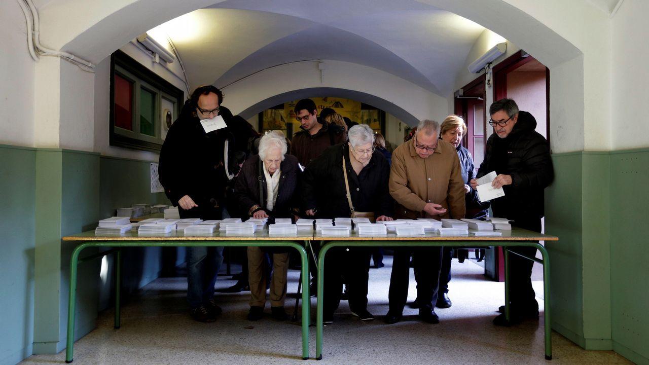 .Mesa con papeletas en un colegio electoral del barrio de Les Corts, en Barcelona
