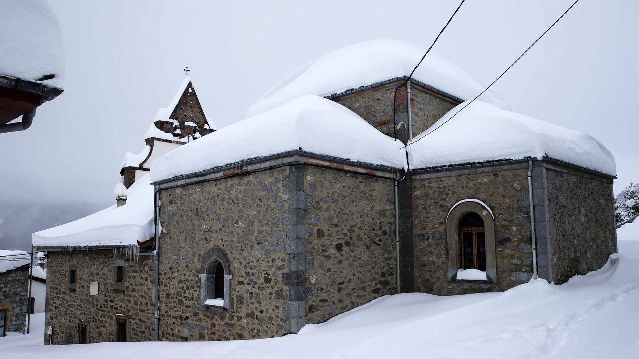 .La iglesia del pueblo asturiano de Pajares.