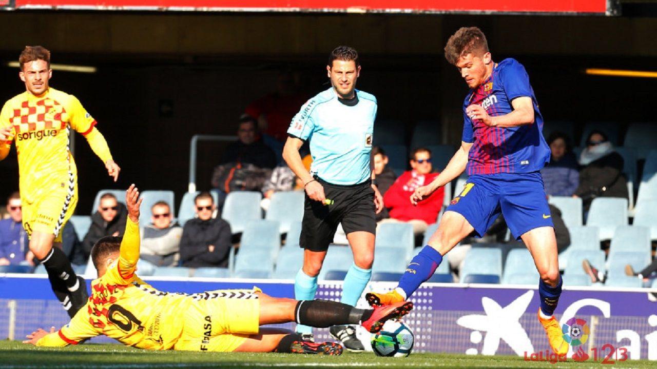 Marc Cardona pugna por el balón en un Barça B-Nàstic