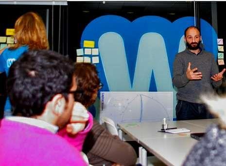 Lucas Requejo Fernández, presentando a súa idea no co-working WeCo de A Coruña.