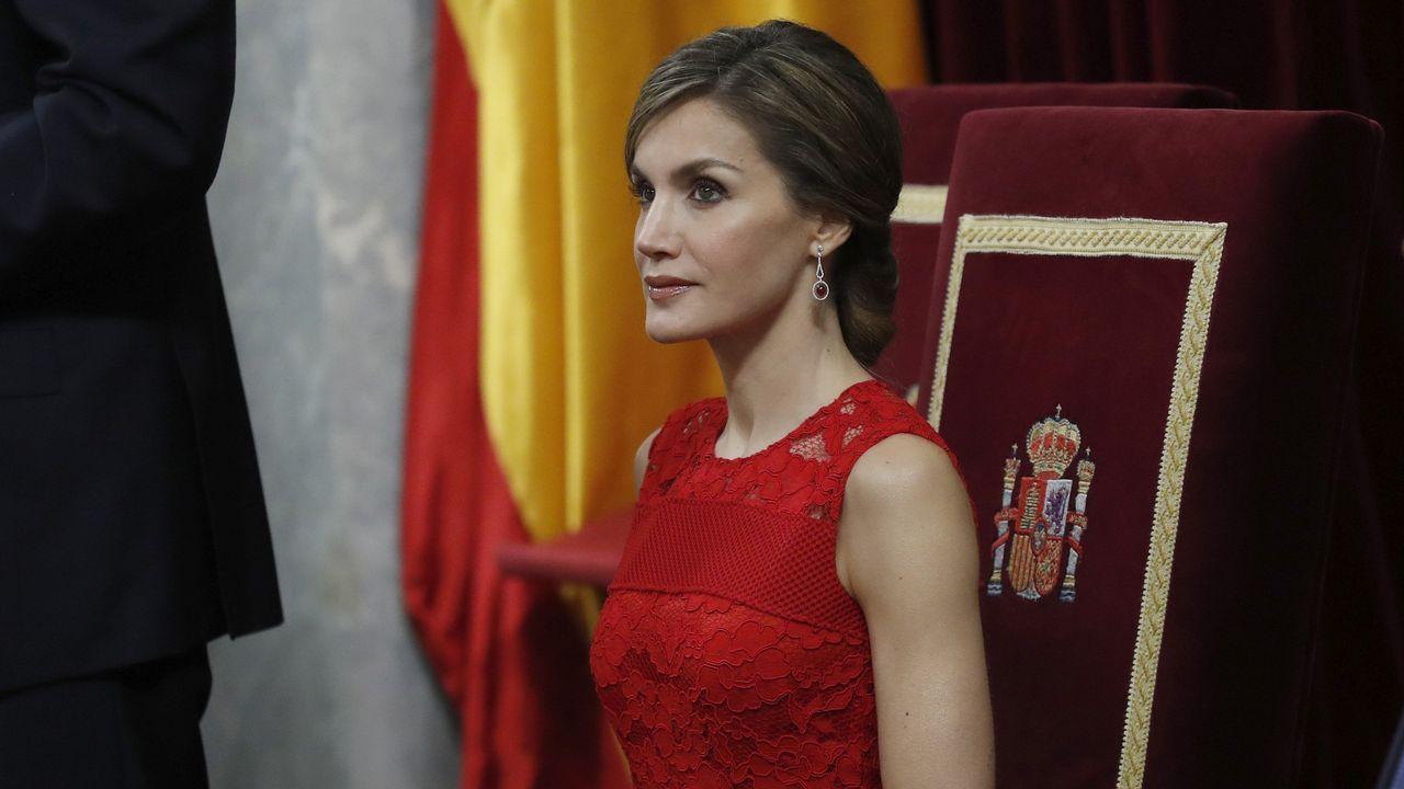 Letizia Ortiz deslumbra con un espectacular vestido rojo.El Rey Felipe VI en el encuentro empresarial Reino Unido-España, Londres