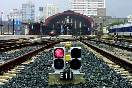 Golpe de estado en Tailandia.La serie muestra viajes en tren por ciudades europeas.
