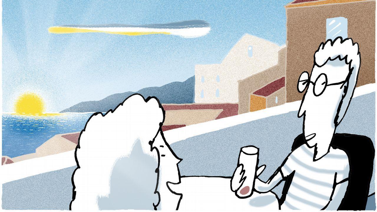 Pichu González, atendiendo a dos clientas en la terraza de su bar, O Alpedre, situado en la playa de Doniños