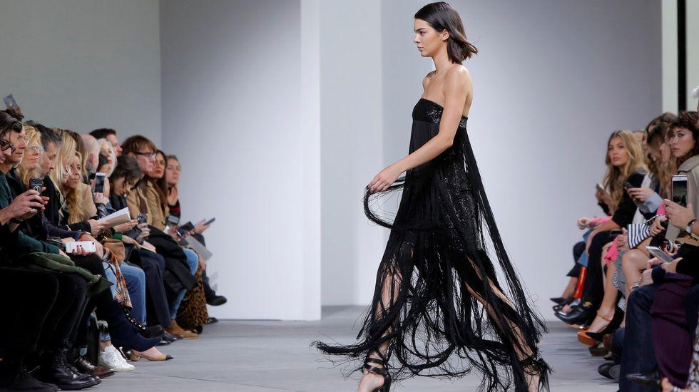 Kendall Jenner desfiló con un vestido negro de lentejuelas