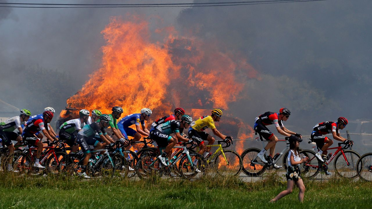 El pelotón pasa junto a unas pacas ardiendo durante la etapa de este jueves del Tour de Francia, que ha pasado por Brest
