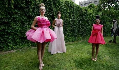Eva Soto (derecha) posando con sus modelos antes de que la lluvia obligase a suspender el desfile.
